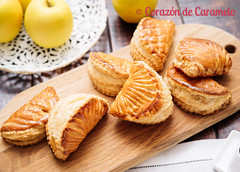 Empanadas de hojaldre rellenas de manzana (Corazón de Caramelo) Tags: corazóndecaramelo reposteria blog cakes comida cookie desserts food pie postres pudding recetas recipe sweets tartas empanada ojaldre manzana apple