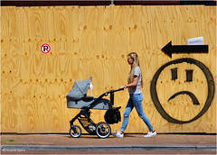 Right Direction #1 (Hindrik S) Tags: pylk pijl arrow smiley emoticon girl woman lady bernewein kinderwagen mem mother moeder mutter mama skut sket schutting fence pram buggy hoarding strjitfotografy streetphotography straatfotografie street straat strjitte candid sonyphotographing sony sonyalpha a57 α57 slta57 2017 tamron tamronaf16300mmf3563dillvcpzdmacrob016 tamron16300 16300 110mm streetphoto amount strasenfotografie strase
