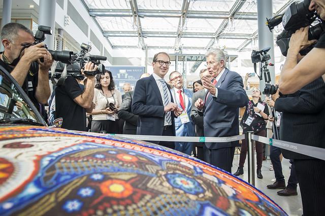 Alexander Dobrindt and Gerardo Ruíz Espárza discussing the exhibition