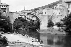 Mostar, Bosnia and Hercigovina 25-05-17 (petzoj) Tags: mostar bosniaandhercigovina 4x5 largeformat fomapan100 selfdeveloped blackandwhite bw blackwhite schwarzweis 180mm nikon nikkor180w jumper bridge tourists river intrepidcamera f32