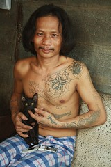long haired tattooed guy with a kitten (the foreign photographer - ฝรั่งถ่) Tags: long haired tattooed guy sitting black kitten khlong thanon portraits bangkhen bangkok thailan canon kiss