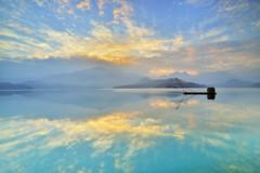 日月潭~晨曦雲彩~ Sun moon lake sunrise (Shang-fu Dai) Tags: 台灣 taiwan 日月潭 南投 魚池 nikon d800e sunmoonlake sunrise 日出 sky 雲彩 landscape formosa dawn 網船 四手網 戶外
