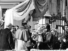 Napoli (NA), 1970, Obelisco dell'Immacolata in Piazza del Gasù Nuovo: omaggio floreale dei pompieri. (Fiore S. Barbato) Tags: italy campania napoli piazza gesù nuovo obelisco guglia immacolata cardinale ursi pompieri corona fiori omaggio floreale