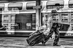 DSC02084-Modifier3 (danielle.fourchaud) Tags: gare station reflets train élégance