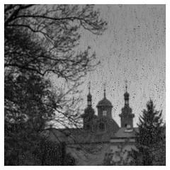 Petite pluie rafraîchissante (objet introuvable) Tags: blackandwhite bw prague praha nb noiretblanc panasonic pluie rain churches églises clocher street streetview monochrome lumix