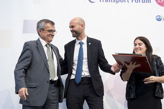Guillermo Dietrich receiving the award for Metrobus 9 de Julio project