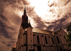 Divine light (François Tomasi) Tags: touraine indreetloire reflex nikon françoistomasi église religion ciel clouds cloud nuages nuage photo photography photographie photoshop village lumière lights light architecture pointdevue pointofview pov filtre clocher juin 2017 france europe soleil sun sunset sunrise windows