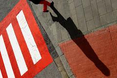 Nell'ombelico del mondo (meghimeg) Tags: 2017 rapallo attraversamento crossing strisce stripes rosso red rot royo uomo man ombra shadow sole sun