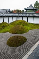 TOFUKI_JI_103-0570 (laurencemackman) Tags: tōfukujitemple 15778honmachi higashiyamaku kyōtoshi kyoto japan rinza fukezen śākyamuni autumn honshu nippon kujōmichiie kyotogozan fivegreatzentemplesofkyoto sangō enichisan 建築 公園 ニコン nikon d60 寺院 彫刻 日本 寺