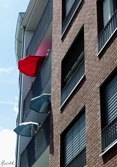 Der rote Sonnenschirm (fools4tress) Tags: missionfoto2017 rot red sonnenschirm sunshade haus house gebäude building
