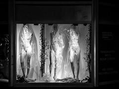 Brand new © Inge Hoogendoorn (ingehoogendoorn) Tags: hoogcatharijne utrecht shop shopwindow etalage blackandwhite blacknwhite zwartwit etalagepoppen etalagepop mannequin mannequins plastic plasticfoil absurd dark night earlymorning streetphotography straatfotografie streetphoto