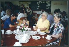 RE081 Oma Adele (rechts) und Oma Gertrud (links) zur Schulfeier ihrer zwei Nichten, 1994 (Hans-Michael Tappen) Tags: collectionhansmichaeltappen schulfeier schule 1994 kaffee gäste besucher eltern öffentlichkeitsarbeit 1990s 1990er