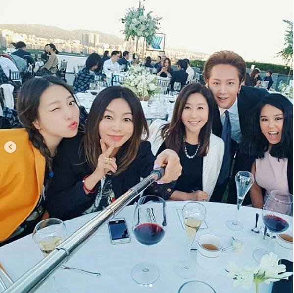Jang Geun Suk, Hoa hậu Park Si Yeon cùng loạt sao Hàn khoe ảnh trong đám cưới mỹ nhân phim Mười - Ảnh 1.