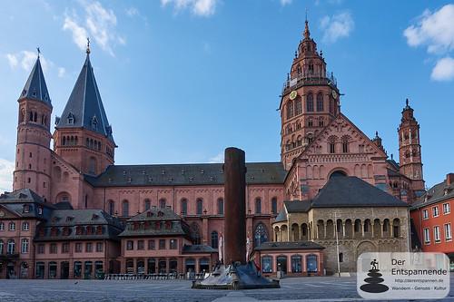 Mainzer Dom, Heunensäule auf Domplatz