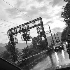 Ferma in colonna anche stasera...e bbbasta!!! 😫😫😫 #colonna #queue #railway #paradiso #lugano #sansalvatore #ticino #switzerland #onthewayhome #tgif #friday #friyay #ancoraperpoco #resisti #storm #clouds #rain (Elena Sciocco) Tags: colonna queue railway paradiso lugano sansalvatore ticino switzerland onthewayhome tgif friday friyay ancoraperpoco resisti storm clouds rain