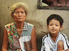 boy with his grandmother (the foreign photographer - ฝรั่งถ่) Tags: boy grandmother khlong thanon portraits bangkhen bangkok thailand canon kiss