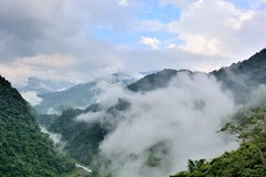 山上雲霧 新竹五峰 (JamesHou168) Tags: forest sky plant blue cloudsky mountain greencolor stonematerial nature extremecloseup mountainrange wind landscape large fog taiwan plum tribeca hsinchu backgrounds hill sunlight shiny