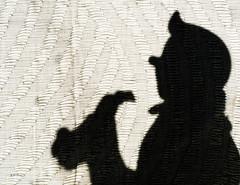 Silhouette Outtake: Undercover (Silke Klimesch) Tags: silhouettes shadows schattenriss lesaventuresdetintin timundstruppi theadventuresoftintin leavventureditintin lasaventurasdetintín deavonturenvankuifje tintin milou tim struppi snowy kuifje bobbie milú siluetas toy closeup makrofotografie nahaufnahme olympus omd em5 mzuikodigitaled60mm128macro microfourthirds nikcollection 7dwf mondayfreetheme makemesmile