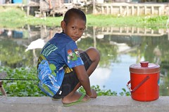 squatting boy with red cooler (the foreign photographer - ฝรั่งถ่) Tags: squatting boy red cooler khlong thanon portraits bangkhen bangkok thailand nikon d3200