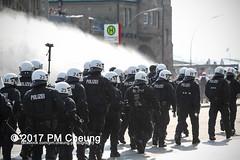 Protest gegen G20 - Blockadeaktionen: Colour the red zone - 07.07.2017 - Hamburg - IMG_2373 (PM Cheung) Tags: schulterblatt plünderungen g20 hamburg welcometohell demonstration schwarzerblock protest g20summit krawalle ausschreitungen umsganze colourtheredzone shutdownthelogisticsofcapital polizei kundgebung fischmarkt roteflora schanzenviertel pmcheung wasserwerfer blockaden räumpanzer 2017 demo mengcheungpo gewerkschaftsprotest tränengas facebookcompmcheungphotography g20gegner 07072017 krisenpolitik blockupy hansestadt hartmutdudde polizeirepression camp kapitalismus usk partypolizei pomengcheung antikapitalismus g202017 gipfelgegner blockadeaktionen grosdemonstration gipfelprotest hamburgermesse donaldtrump angelamerkel euflüchtlingspolitik kurden türkei interventionistischelinke grenzenlosesolidaritätstattg20 grosdemonstrationgegeng20 landungsbrücken millerntorplatz hamburgaltona altona pferdemarkt