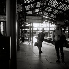 Friedrichstraße (ucn) Tags: filmdev:recipe=11411 fomafomapan100 adoxadxab film:brand=foma film:name=fomafomapan100 film:iso=200 developer:brand=adox developer:name=adoxadxab tessar rolleiflex35b mxevs polfilter backlight gegenlicht polarizer berlin friedrichstrasse railway stadtbahn railroadstation