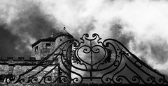 Welcome to the castle (François Tomasi) Tags: noiretblanc blackandwhite yahoo flickr google françoistomasi castle touraine pointdevue pointofview pov reflex nikon ciel clouds cloud nuages nuage composition lights light lumière photo photography photographie photoshop juin 2017 château