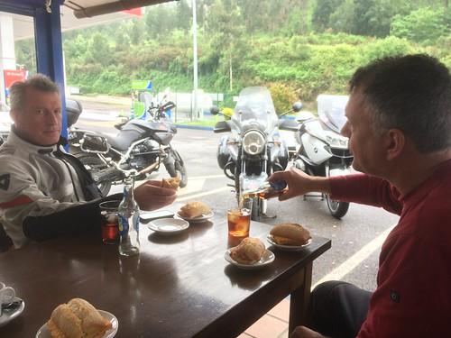 2017-06 Picos en Pyreneeën lunch bij een tankstation