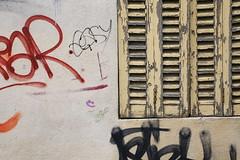La fenêtre muette (Pi-F) Tags: tag fenêtre volet bois crepi dessin inscription peinture défraichi écaillé jaune couleur rue coin façade