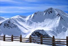 Francja, Alpy, La Plagne (HALGAW) Tags: francja laplagne góry śnieg zima narty sky snow mountain winter white sunset trasanarciarska płot widok alpy ski skier skirun skilift doliny valley fence