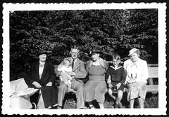 Archiv M922 Familie mit Oma und Tante, 1930er (Hans-Michael Tappen) Tags: archivhansmichaeltappen familie gruppenfoto holzbank kleidung hüte hut matrosenanzug kinderwagen säugling oma tante sohn vater mutter outdoor fotorahmen schnauzbart brillenträger 1930s 1930er outfit