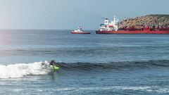 Surfing Salinas (@pabloralonso) Tags: surf salinas riaaviles aviles castrillo deporte sport wave waves sea mar olas sun sunny sunnyday sunset sol diaperfecto marcantabrico pentax nature blue barco