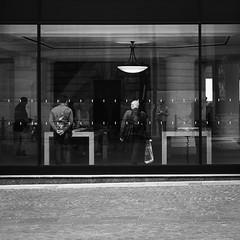 Transparence (Napafloma-Photographe) Tags: 2017 architecturebatimentsmonuments artetculture bandw bw bâtiments fr france fuji fujinéopanacros100 géographie hautsdefrance métiersetpersonnages objetselémentsettextures personnes techniquephoto blackandwhite boutique magasin monochrome napaflomaphotographe noiretblanc noiretblancfrance passant pellicules photographe photographie province smartphone téléphone vitrine lille nord