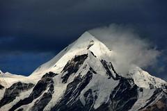 A passing kiss. (draskd) Tags: panchachuli2 bhimchuli panchachuli munsiyari munsiari uttarakhand india asia himalayas himalaya himalayanpeak indianhimalayas mountainscape landscape peak draskd sonyhx9v