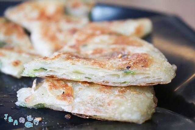 暖暖周家豆漿店 大份量豬排飯糰用料實在!千層蔥油餅酥又脆~ @J&A的旅行