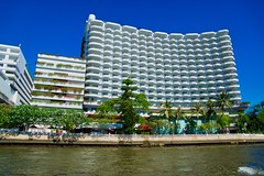 Shangri-La Hotel by the Chao Phraya river in Bangkok, Thailand (UweBKK (α 77 on )) Tags: chao phraya river chaophraya bangkok thailand southeast asia sony alpha 77 slt dslr shangrila hotel architecture building city urban capital