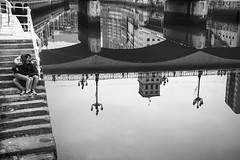 Bilbao. (Jose_Pérez) Tags: bilbao street streetphoto blancoynegro blackanwhite byn bw reflejos ria puente bridge pareja amor love reflection