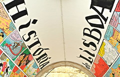 História de Lisboa de Nuno Saraiva - Rua Norberto de Araujo (Markus Lüske) Tags: lisbon lisboa lissabon portugal graffiti graffito mural muralha wandmalerei kunst art arte street streetart urbanart urban geschichte history historia história lueske lüske nuno saraiva nunosaraiva