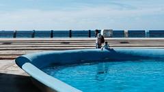 Inside Outside (toletoletole (www.levold.de/photosphere)) Tags: cuba fujixpro2 kuba xf35mmf2 habana havana havanna architektur architecture xf35mm sohn meer wasser blue son sea father aquarium blau vater water fui