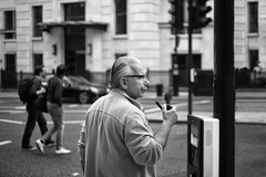 Pipe in Hand (Foto John) Tags: leicam240 leicam leica leicamtyp240 rangefinder summicronm50mmƒ2iv blackwhite blackandwhite blackandwhitethatsright monochrome streetphotography man people candid smoking london uk men