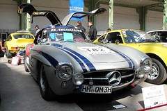 #182 Mercedes Benz 300 SL 1955 (seb !!!) Tags: 2017 auto automobile automovel automovil automobil berlinette coupé coach canon 1100d cars course sportive anciennes ancienne old oldtimers populaire paris seb france voiture wagen car tour optic 2000 grand palais allemande allemand deutschland german germany deutsch photo picture foto image bild imagen imagem race racing competition grise grigio gris grau gray cinza bande strip streifen tira striscia bleu blau blue azul blu classique classic klassic chrome flügeltürer porte papillon gullwing