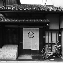 屋町 (**Hu) Tags: iphone snap 写真 黑白 kyoto japan 屋 町 日本