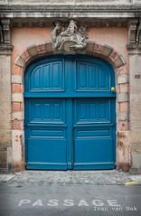 Rue du Pont de Tounis, Toulouse (Ivan van Nek) Tags: ruedupontdetounis toulouse nikond7200 nikon d7200 france frankreich frankrijk hautegaronne midipyrénées occitanie garagedeur garage garagedoor poort deur ramenendeuren passage 31