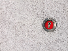 keyhole (Lukinator) Tags: keyhole schlüsselloch lukinator fujifilm finepix hs20 simple simpel einfach mini minimalist minimalistisch minimalistic mauer wall red rot schlüssel key keys metall metallisch kreis kreise kreisförmig circle circles circular circuit