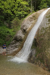 Andre beim Wasserfall - Waterfall des Hünibach ( Bergbach Bach creek ) in der Cholerenschlucht - Cholereschlucht ( Schlucht gorge canyon gola ) in den Berner Voralpen ( Alpen Alps ) ob Hünibach am T.hunersee im Berner Oberland im Kanton Bern der Schweiz (chrchr_75) Tags: christoph hurni chrchr chrchr75 chrigu chriguhurni chriguhurnibluemailch albumschluchtcholereschlucht cholereschlucht cholerenschlucht schlucht gorges canyon kantonbern kanton bern berner oberland hünibach schweiz suisse switzerland svizzera suissa swiss albumregionthunhochformat thunhochformat hochformat susisa albumwasserfälleimkantonbern albumwasserfällewaterfallsderschweiz wasserfall водопад 瀑布 vandfald waterfall cascade 滝 cascada waterval wodospad vattenfall vodopád slap