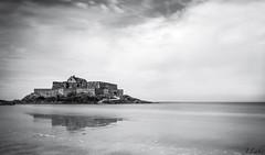 Fort National St Malo (ju.labs) Tags: canon canon70d monochrome noiretblanc blackandwhite noir blanc black white nb nd nd1024 poselongue fort national saintmalo bretagne bzh filtre cokin mer sea plage beach french france 1018