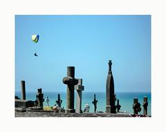 Aux funérailles de l'aïeule .. (hélène chantemerle) Tags: ciel cimetière extérieur manche mer paysages soleil tombes croix parapente bleu granville cimetièremarin normandy cemetery graves crosses landscape sun sky blue sea
