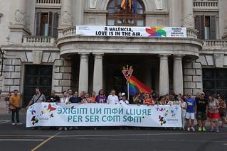 El President de la Generalitat, Ximo Puig, asiste a la manifestación del Orgullo LGTBI de València junto con la vicepresidenta del Consell, Mónica Oltra. 24/06/2017.