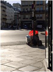 Hors caste, Réfugiée ** (michelle@c) Tags: urban cityscape city trottoir réfugiée parapluie umbrella rouge red trotinette rollerwheel lumière light parisv 2017 michellecourteau