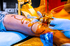 Close attention (Photosplus _ XP) Tags: close attention tattoo tatouage tatoueur tatuaje main mains mano manos mani hand hands hände marsupulami franquin strobism strobisme despar déasturation partielle selective color nb bw couleur darwin orange blue bleu hot cold maxime pateau