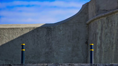 Vigilantes (Blas Torillo) Tags: puebla méxico mexico fuertedeloreto loretofortress arquitectura architecture fotografíaenlacalle streetphotography postes posts minimalismo minimalism minimalista minimalist sombras shadows fotografíaprofesional professionalphotography fotógrafosmexicanos mexicanphotographers nikon d5200 nikond5200